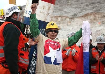 El aliento de los 33 mineros a los 44 del submarino
