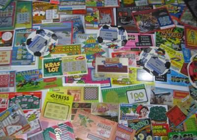 Mujer gana millones con un boleto de lotería equivocado